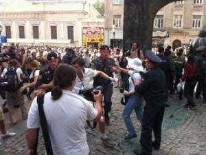 Policija Moskvy zaderzhala bolee 100 uchastnikov akcii Beloe defile