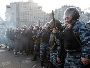 V rezul'tate stolknovenij na Bolotnoj bylo zaderzhano 250 chelovek, 4 policejskih poluchili ranenija