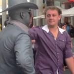 В Австралии живая статуя нанесла удар в челюсть назойливому туристу