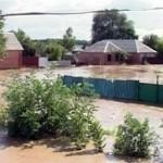 В Сочи из-за ливня прорвало дамбу, вода хлынула на поселок строителей олимпийских объектов