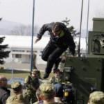 Зоран Миланович упал при осмотре новейшей бронемашины Patria