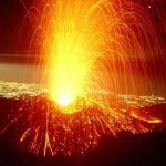 Этна снова извергается. Лавовый всплеск высотой более 600 метров.
