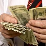 Украинцы начали резко снимать средства с валютных счетов