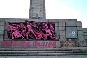 Памятник, посвященный героям советской армии в Софии раскрасили в розовый