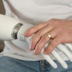 Учёные создали устройство, передающее речь одним касанием руки