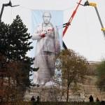 В Праге на месте прежнего памятника Сталину весит огромный портрет Путина