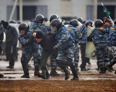 Киевская милиция задержала оппозиционеров, устроивших самосуд